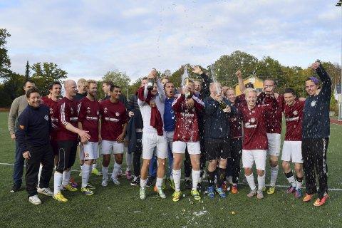 ENGASJEMENT: Tømmerholt viste ekte glede da de rykket opp fra 7. divisjon i fjor høst. FOTO: VEGAR VATN