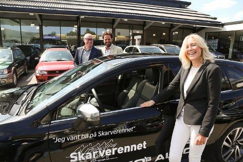 Trude Solberg vant bil etter å ha gått Skarverennet. I bakgrunnen står daglig leder ved Branko's Auto, Morten Danby, og Stian Thrane, markedsdirektør i Subaru Norge.
