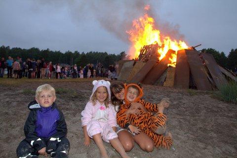 PÅ STRANDA: Edvard G. Lassen, Isabell Engebretsen, Sara Engebretsen og Noa Engebretsen fikk være lenge oppe på sankthansaften og lekte på stranda ved bålet.