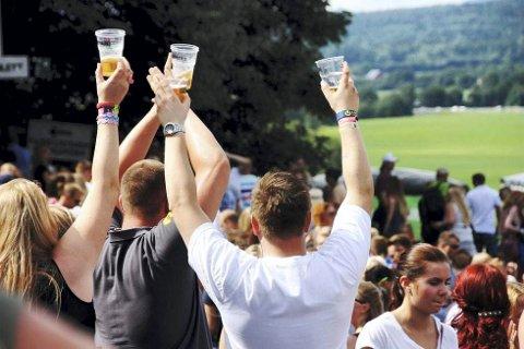 SKÅLING OG SKRÅLING: For mange er sommerens festivaler først og fremst pratefester. Musikken er det ikke så nøye med.