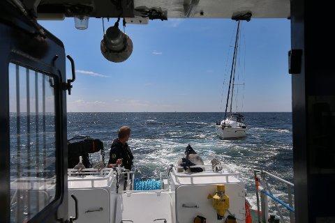 Båtføreren som var redd for at han hadde kjørt på en krabbeteine, fraktes inn til Stavern, ettersom bølgene på fjorden var for store for å dykke under båten. Foto: Vegard M. Aas / NTB scanpix