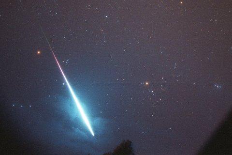 Natt til fredag og lørdag får vi trolig maksimum i en av årets aller kraftigste stjerneskuddsvermer. Vi kan få opptil meteorer i timen over Sør-Norge. Her er meteorer fanget på video i 1995. Foto: Den internsjonale meteororganisasjonen / SCANPIX