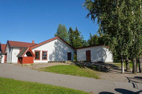 SPERRET: Det var her i området ved Brekkeåsen barnehage i Re kriminalteknikere søndag gjorde undersøkelser. Barnehagen holdt åpent som vanlig mandag.