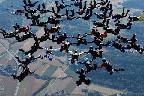 REKORD: Her svever 46 av Tønsbergs fallskjermklubbs beste mageflygere i en formasjon større enn noen annen norsk fallskjermklubb har klart å lage. Disse deltok: Jan Arne Pedersen (Ski), Ronnie Klepp (Strømmen), Øyvind Godager (Sandefjord), Bodil Stena Leira (Fredrikstad), Frode Finnes Larsen (Hønefoss), Kari Berg (Oslo), Anna Fasting (Stokke), Erik Trondsen (Oslo), Marit Lytingsmo (Sandefjord), Roy Willy Haug (Stavanger), Jacob Mo (Asker), Lars Geir Dyrdal (Bærum). Per Børre Kiserud (Stokke), Monica Smines (Tønsberg), Andreas Hemili (Voss), Jan Stenmoe (Oslo), Philip Garborg (Børum). Eivind Reed (Stavanger), Jan Petter Larsen (Tønsberg), Christian Cassini (Tønsberg), Siri Lund (Drammen), Brendan Mchugh (Tønsberg), Linda Aarøe Rasmussen (Asker), Erik Breen (Kristiansand), Oscar Pessey (Tønsberg), Ulrik Høgsberg (Stavanger), Sasa Svujadzic (Tønsberg), Egil Søgnen (Asker), Tor Heggernes Bjørnsund (Horten), Jens Arne Gaupset (Lillestrøm), Gorm Hassum (Åsgårdstrand), Carl-Erik Tuv (Nøtterøy), Christian Krognes (Tjøme), Nicolai Nansen (Tønsberg), Aage Sørensen (Kongsberg), Martin Austnes (Nittedal), Jan Fredrik Karlsen (Oslo), Stein Sletten (Bobil), Halvor Bjørnstad (Drammen), Hans Petter Andersen (Tjøme), Audun Wik (Stokke), Sølve Stubberud (Oppegård), Olav Kalve (Tønsberg) og Kjell Christiansen (Oppegård).
