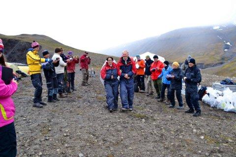 BLE FEIRET: Her ser vi brudeparet og gjester under vielsen på Svalbard den 8. august.