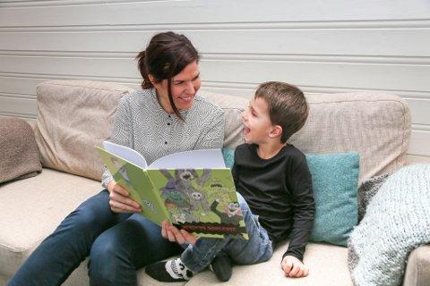 """IKKE SÅ SKUMMELT LENGER: Merethe Larsen og sønnen Jakob begynte å dikte historier om skumle vesener som dummet seg ut. Rett før jul kom boka """" Verdens  skumleste""""."""