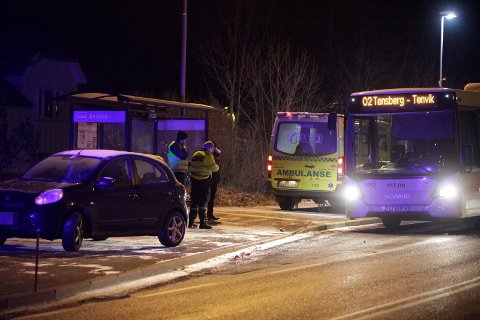 TIL SYKEHUS: En person er fraktet til sykehus etter ulykken.