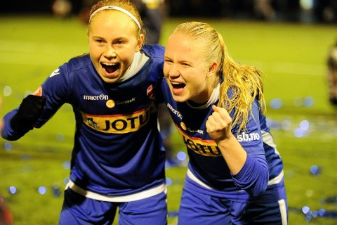 JUBEL: Sandefjords Hanna Cellius og Kristine Bø Andersen jubler etter at opprykket ble sikret med 2-0-seier mot Barkåker.