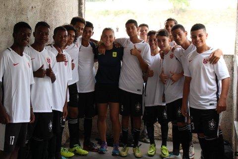 STERKT MØTE: I Rio fikk Vanesa Gjuka møte, og spille fotball med flere av Karanba-ungdommene.