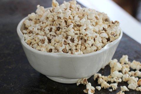 TANN-RISIKO: Selv om ikke selve popcornene utgjør noen nevneverdig trussel mot tennene, er det heller maiskornene som ikke har poppet, som er den største faren.