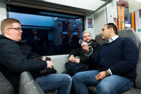 FRUSTRERTE: Pendler Jon Håvard Rønningen (t.v.), Raymond Aaserud og stortingsrepresentant Masud Gharahkhani deler skjebne med mange. Den dårlige mobildekningen på toget gjør arbeid eller adspredelse vanskelig.