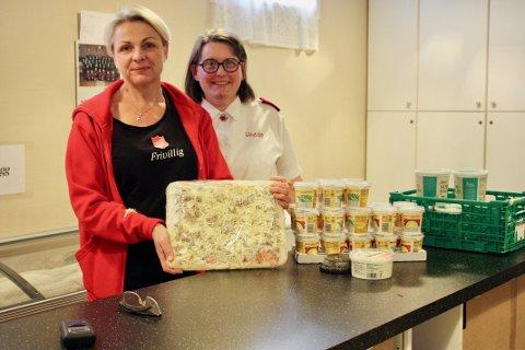 GLEDE: Frivillig Guro Fossnes og korpsleder Linda Saltnes i Frelsesarmeen synes det er flott å se gleden hos de som kommer å henter seg en pose med mat.