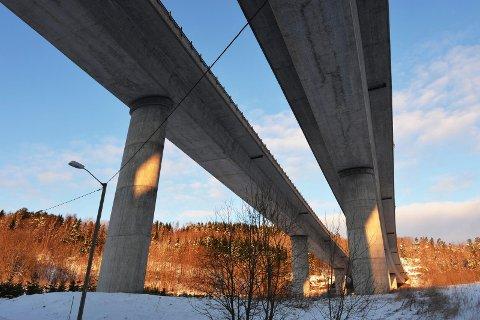 HELT I ORDEN: Bare én bru i Vestfold får mangellapp i den store undersøkelsen. Disse to E18-bruene på Helland er undersøkt og funnet helt i orden.