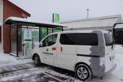 ELEKTRISK: Gjennestad hagesenter har fått ladestasjon til elbiler.
