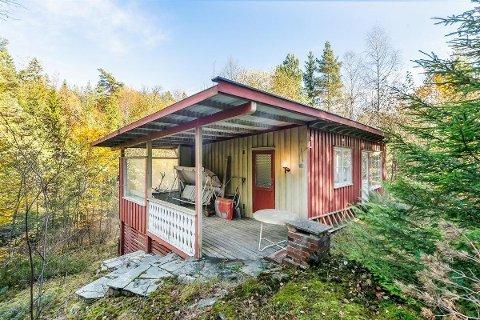 ARBEIDSVILLIG KJØPER: Den lille hytta på 55 kvadratmeter ligger sentralt til med kort kjøreavstand til Andebu, Sandefjord og Tønsberg, men den er i dårlig stand og trenger en kjøper som er villig til å pusse opp en god del.