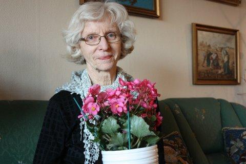 GLEDER ANDRE: Grethe Tollefsen koker kaffe og baker kake til sine naboer i Kjærnåsveien 7A tre ganger i uka. Dette vil hun holde på med så lenge hun får lov.