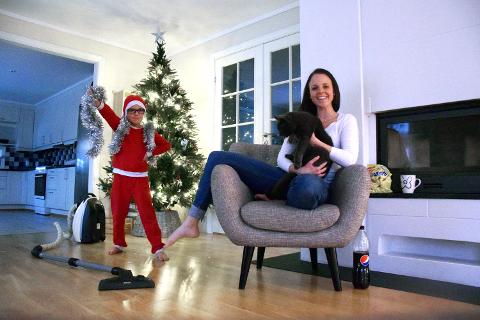 DET BLE JUL LIKEVEL: Hjemme hos Filip Haldorsen Lindqvist (6) og mamma Anette K. Haldorsen blir det jul, selv om kakene er kjøpt og treet er av plast.