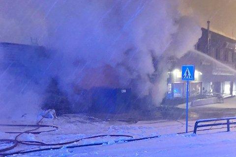 MYE RØYK: Brann i bygget som blant annet huser Gjermundsen Auto.