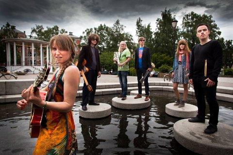 STILLER OPP: Musikerne i bandet The Bee's Niece fra Sande spiller på Torvet under markeringen.