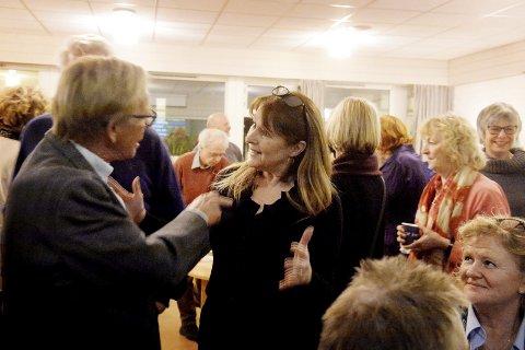 FOLKEMØTE: Ordfører Roar Jonstang i diskusjon med Teie-beboer Tone Lind Jørgensen. Foto: Anne Charlotte Schjøll
