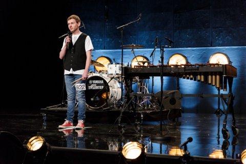 KONKURRANSE: Trommer, xylofon og humor er våpenet til Nikolai Lysnes fra Larvik når han deltar i «Norske Talenter». I kveld ser du ham på TV.