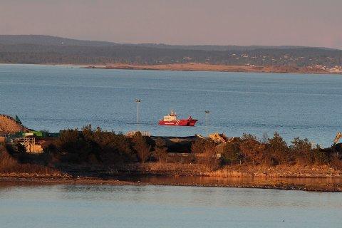 HENTER BOMBEN: Ved hjelp av Skjærgårdstilsynet skal bomben fraktes ut til Kystvaktskipet Nornen.