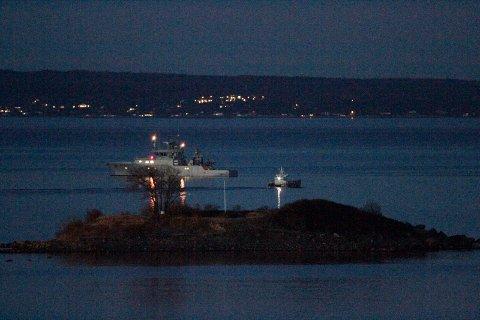 I MØRKET: Skjærgårdstjenesten har her Vallø-bomben ombord - og er på vei ut til kystvaktskipet Nornen, som skal frakte bomben videre.