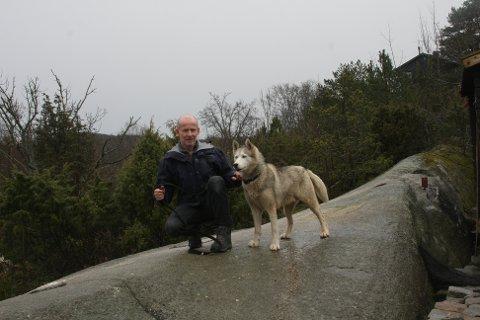 BÅNDTVANG: Prosjektleder Per Espen Fjeld i Statens naturoppsyn minner om at regler om generell båndtvang gjelder fra 1. april. Fjelds hund, huskyen Tøysen må, som alle de andre, finne seg i å gå i bånd i ukene framover.