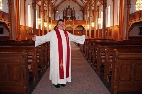 Prosten Kristine Sandmæl fra Moss var den første åpne lesbiske prosten i Norge. Nå er hun én av fire kanditater som vurderes som ny biskop i Nidarosdomen.