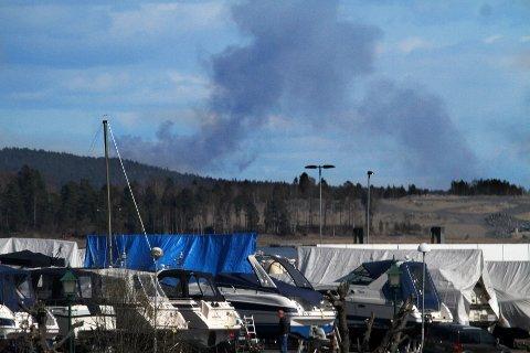 RØYK: Røyken fra bannen i Vestby er synlig fra Holmestrand.