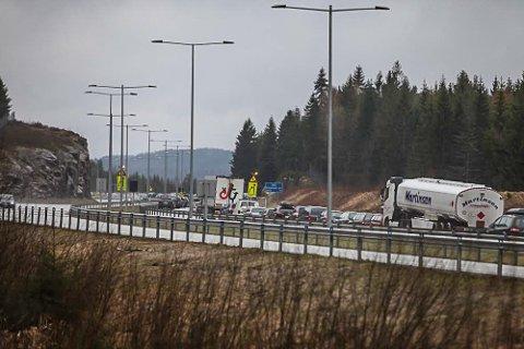 LANGT NORDOVER: Køen etter kjedekollisjonen i Løkentunnelen strekker seg nesten helt nord til Hanekleivtunnelen.