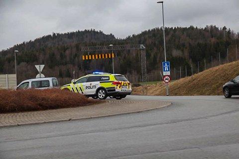 OMKJØRING: Både nord for Hanekleivtunnelen, og ved Islandkrysset i Holmestrand (bildet) dirigerer politiet trafikken inn på alternativ vei via Hof og Hanekleiva.