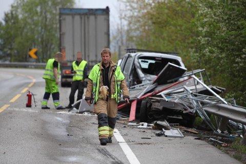 SMADRET: Bilen med henger som stanset for å hjelpe kvinnen som hadde kjørt av veien, ble totaltsmadret da bilen ble påkjørt av en lastebil.