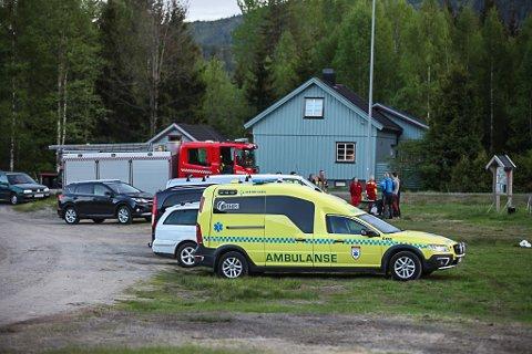 PÅ PLASS: Nødetatene rykket ut til Hvittingfoss da meldingen om paragliderstyrten kom.