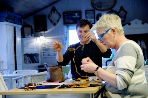 KNUTE PÅ TRÅDEN: – Det er bedre å ha litt kortere tråd, Geir, kommer det tørt fra syerske Birgit Eggen som deler sybord med Geir Skjegstad. ALLE FOTO: Anne Charlotte Schjøll