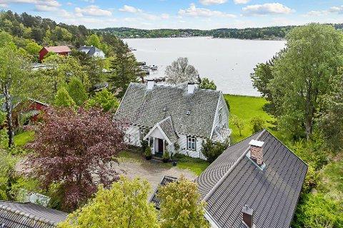 SJELDEN SJANSE: Jon Sanness Andersen ser for seg at kommunen kan kjøpe denne eiendommen, for så å selge husene og sikre strandområdet for allmennheten.