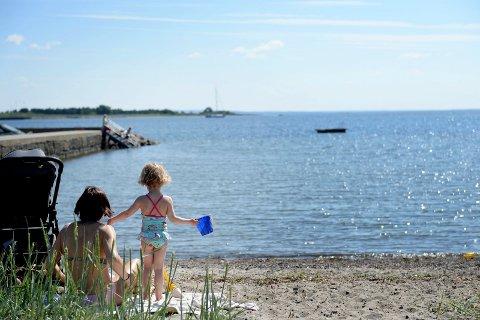 STRANDLIV: Å svømme helt ut til flytebrygga, det er for store barn. Og nå kommer den på plass for sommeren.