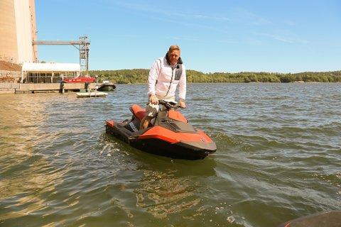 BÅTFOLK: – Det er plass til alle på sjøen, bare folk klarer å oppføre seg, sier Per Ivar Aas i Vestfold Maritim, som mener vannscooteren må sidestilles med andre småbåter. Da vil den også brukes som en småbåt, mener han.