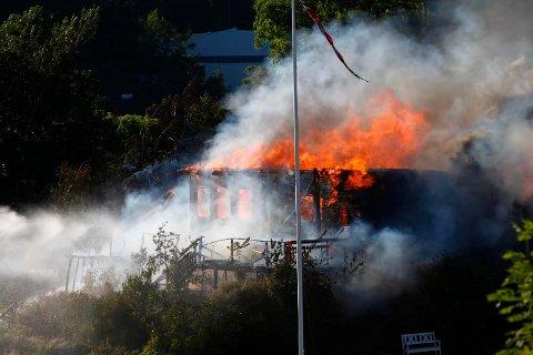 SPREDNING: Brannen har spredd seg til flere trær rundt huset, ifølge et vitne på stedet.