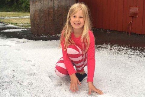 PÅ TUR I HAGLBYGE: Ingrid Aunemo Bringaker (7) er på overnattingstur i Jensesund på Vestre Bolærne, og havnet midt i en skikkelig haglbyge.