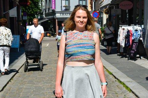 OPPFORDRES TIL Å VENTE: Tora Berg Hatlestad mener samfunnet oppfordrer unge til å vente med å få barn til de er ute i fast jobb.
