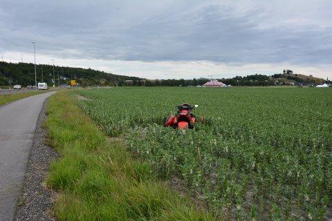 Her landet trehjulingen i åkeren. Foto: Kåre Gåsholt