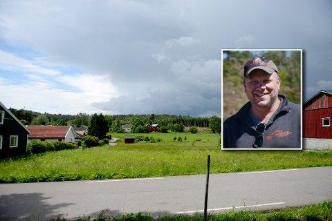 BYTTEHANDEL: John Raymond Kjølner er strålende fornøyd med at det nå ser ut til at han får dette jordbruksområdet i bytte for et skogområde. På den måten kan dyrka mark bevares, og utbyggerne får bygge boliger i et område som er mindre aktuelt for landbruk.