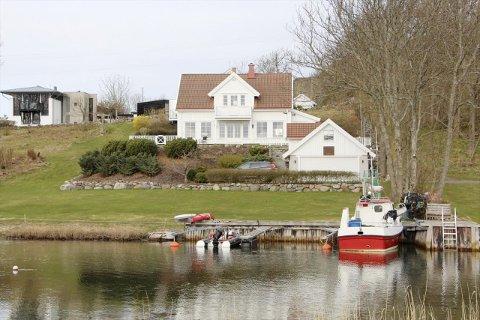 EGEN BRYGGE: Med egen brygge, som har tilstrekkelig dybde, kan eiendommen passe godt for den holdne fiskeren.