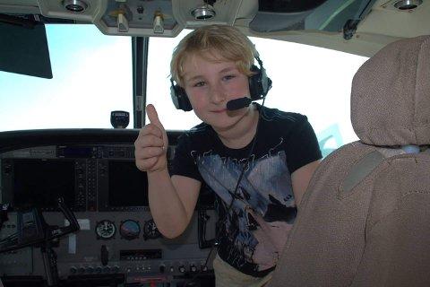 FLYR HØYT: Olav Myhre Mørkkåsa har vært to turer til Tanzania, og nå ønsker han å hjelpe andre barn i Afrika. Bildet er fra en flytur til Tanga.