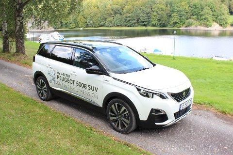 STOR: Peugeot 5008 er en romslig syvseters SUV med gode kjøreegenskaper.