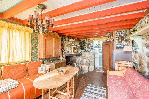 ENKELT: 12 av hyttas 15 kvadratmeter er innredet som et soveanneks med peis.