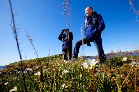LAGER APP: Naturen i Færder Nasjonalpark er variert og vakker. Nå begynner arbeidet med å legge naturattraksjonene inn ny app. På bildet er nasjonalparkforvalter Bjørn Strandli (til høyre) på tur i det grønne sammen med Egil Soglo i Statens Naturoppsyn.