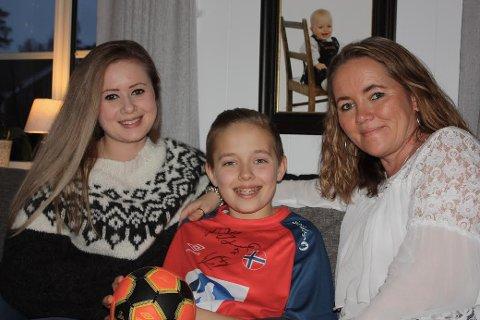 STOLTE: Storesøster Katrine og mamma Nina er stolte av at Even er blitt landslagets maskot.