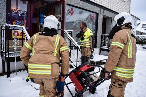 RØYK: Brannvesenet kunne med en avtrekksmaskin konsentrere seg om at tømme pizza-lokalet for røyk. Foto: Jan Broms